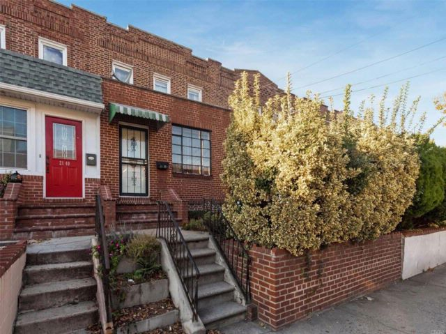 3 BR,  1.00 BTH 2 story style home in Astoria