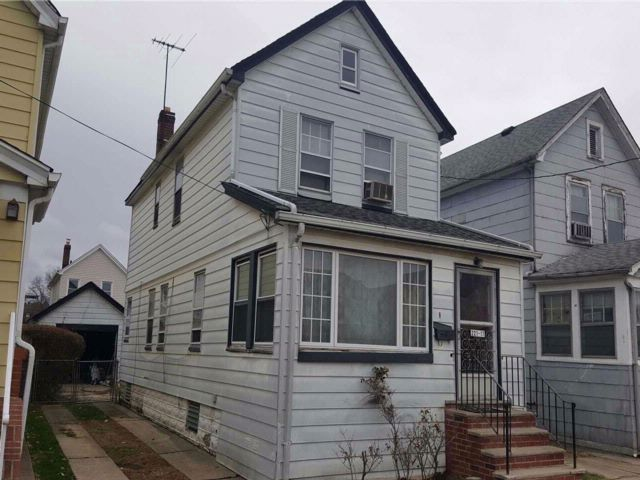3 BR,  2.50 BTH  Colonial style home in Queens Village
