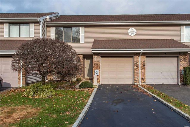 2 BR,  2.50 BTH Homeowner assoc style home in Smithtown