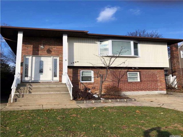 3 BR,  3.00 BTH Hi ranch style home in Elmont