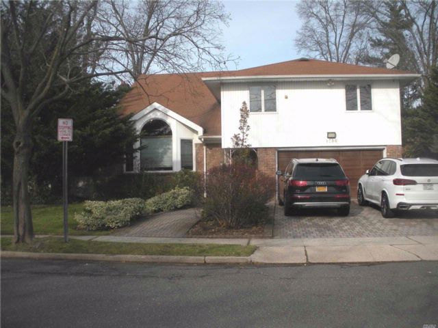 4 BR,  3.50 BTH  Split style home in North Woodmere
