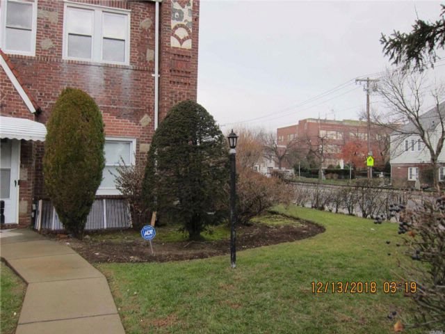 3 BR,  2.00 BTH Townhouse style home in Cambria Heights