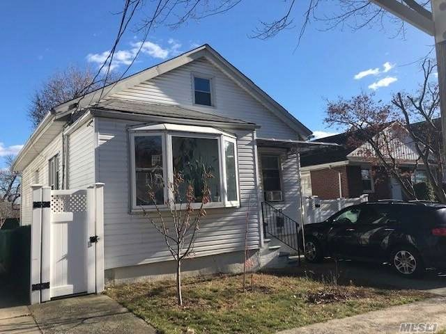 5 BR,  2.50 BTH Colonial style home in Flushing
