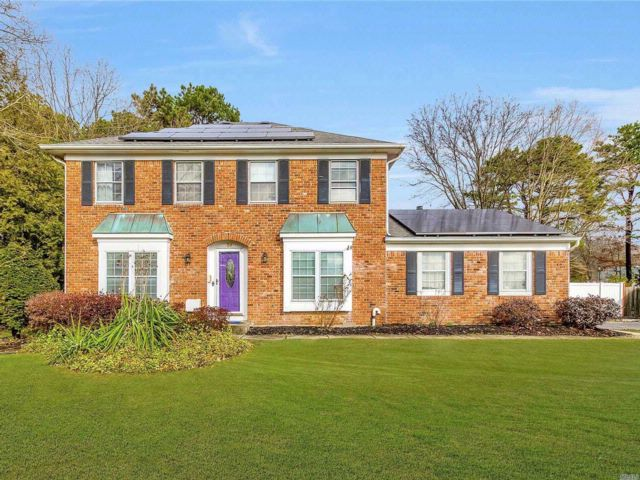 5 BR,  3.50 BTH Colonial style home in Coram