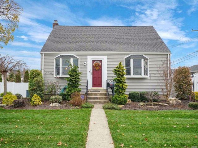 3 BR,  2.50 BTH  Cape style home in Levittown