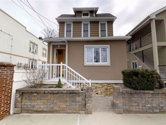 6 BR,  3.00 BTH 2 story style home in College Point
