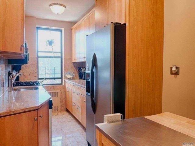 3 BR,  2.00 BTH Co-op style home in Forest Hills