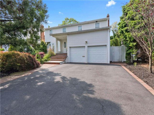 5 BR,  2.50 BTH Colonial style home in Merrick