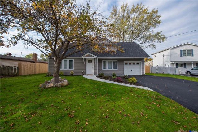 4 BR,  3.00 BTH Farm ranch style home in Selden