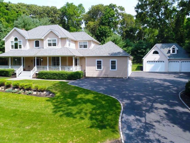5 BR,  4.00 BTH  Traditional style home in Wading River