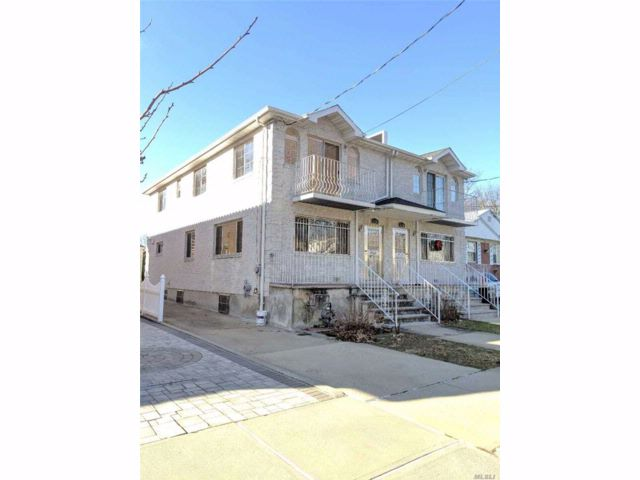 3 BR,  2.55 BTH Colonial style home in Oakland Gardens