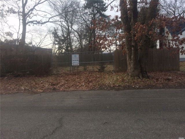 Lot <b>Size:</b> .23 Acre Land style home in Deer Park