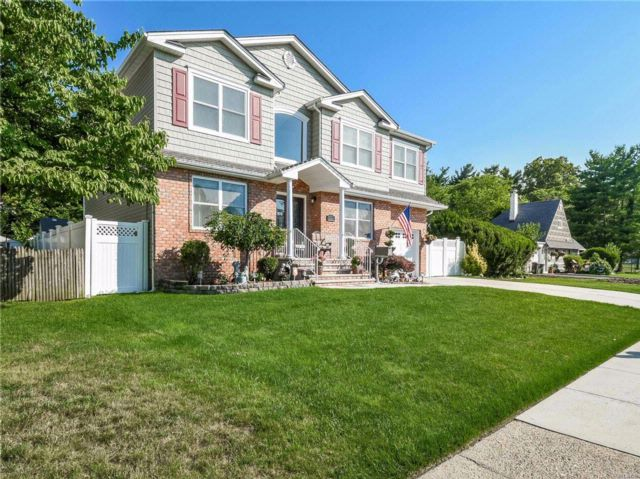 5 BR,  3.50 BTH 2 story style home in Westbury