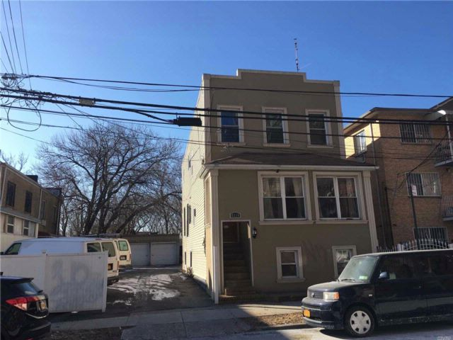 6 BR,  2.50 BTH Colonial style home in Elmhurst