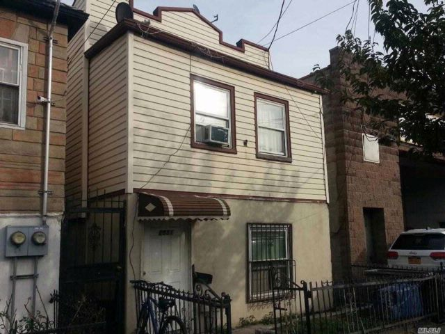 6 BR,  2.00 BTH 2 story style home in Gravesend
