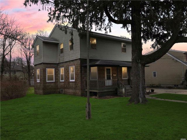 4 BR,  2.00 BTH Colonial style home in East Northport