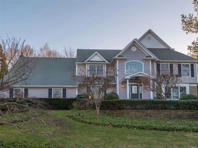 6 BR,  4.50 BTH Colonial style home in Mt. Sinai