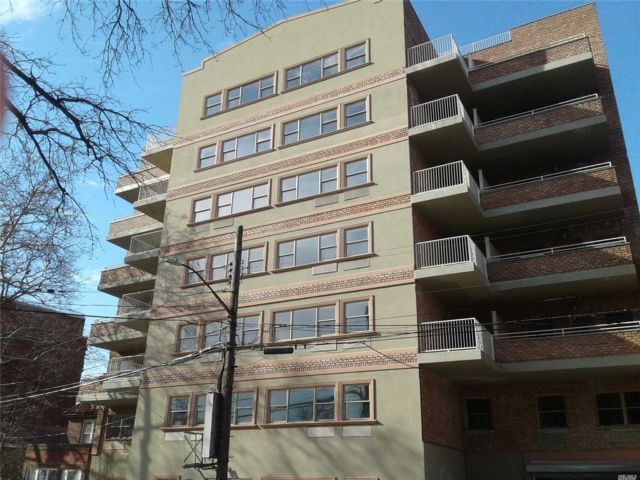 3 BR,  2.00 BTH Apt in bldg style home in Briarwood