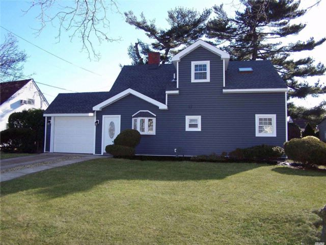 4 BR,  2.00 BTH  2 story style home in Wantagh
