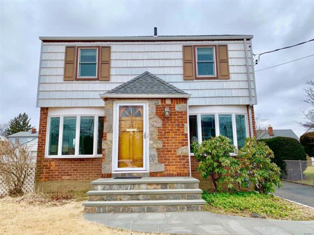 4 BR,  2.50 BTH Colonial style home in Mineola