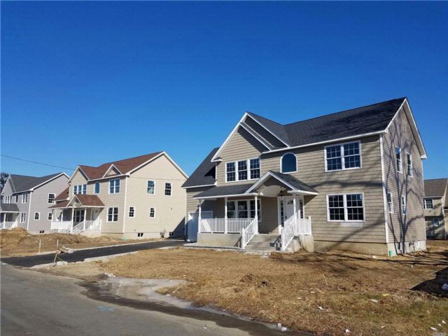 4 BR,  2.50 BTH Colonial style home in Lindenhurst