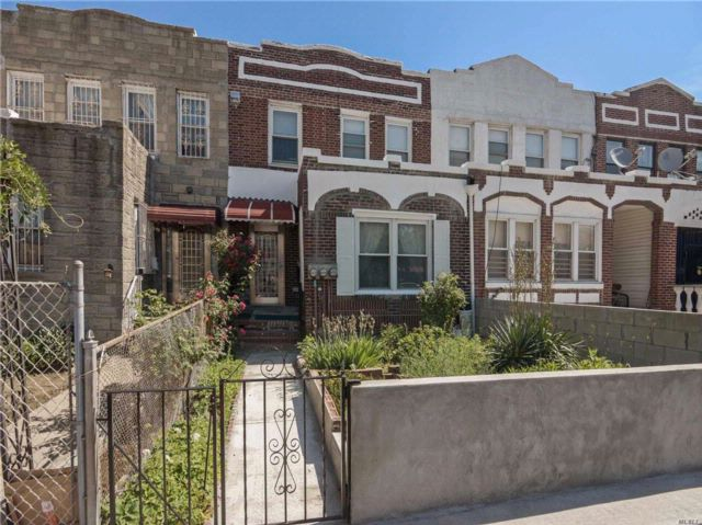 3 BR,  3.00 BTH Townhouse style home in Elmhurst