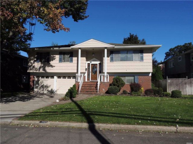 4 BR,  3.00 BTH  Hi ranch style home in Wantagh