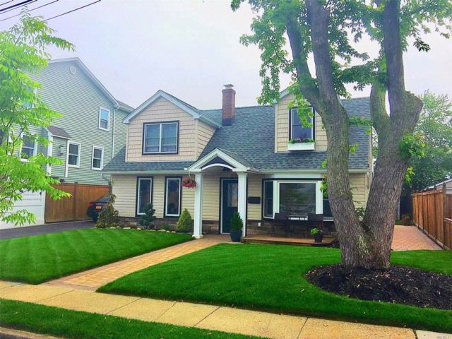 3 BR,  2.00 BTH Colonial style home in Babylon
