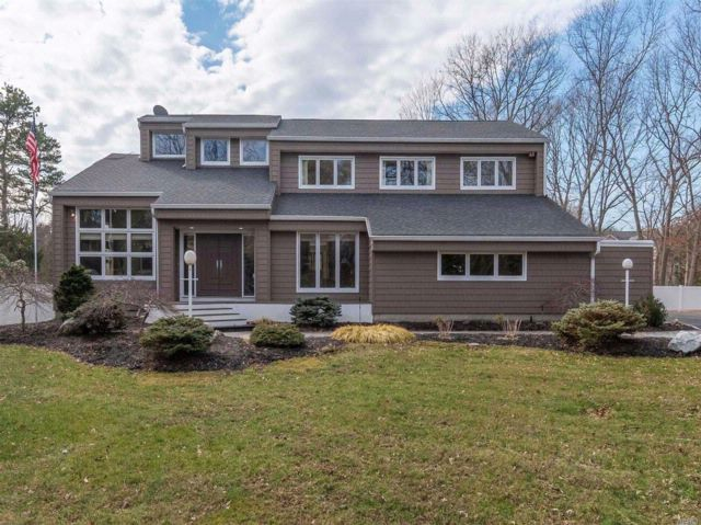 4 BR,  3.50 BTH Contemporary style home in Port Jefferson Station