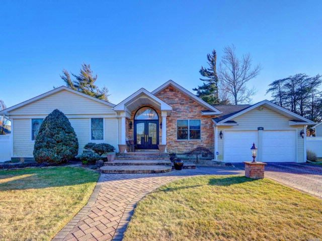4 BR,  2.50 BTH Ranch style home in Massapequa Park