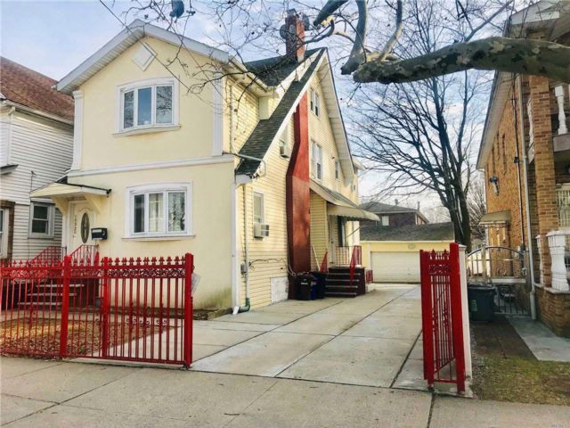 6 BR,  2.50 BTH Colonial style home in Flushing