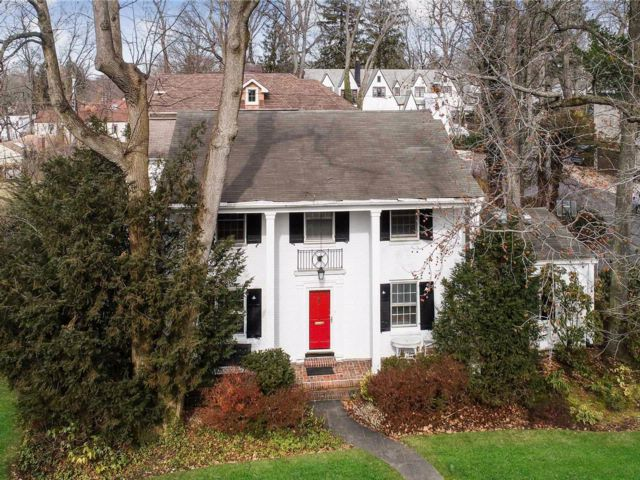 5 BR,  4.00 BTH Colonial style home in Great Neck