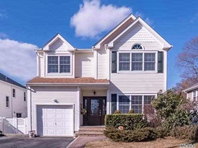4 BR,  2.50 BTH Colonial style home in Glen Head