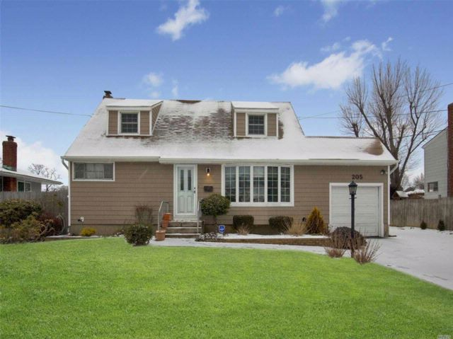 4 BR,  2.00 BTH  Cape style home in Brentwood