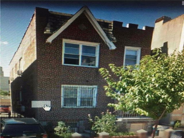 6 BR,  3.00 BTH  2 story style home in Astoria