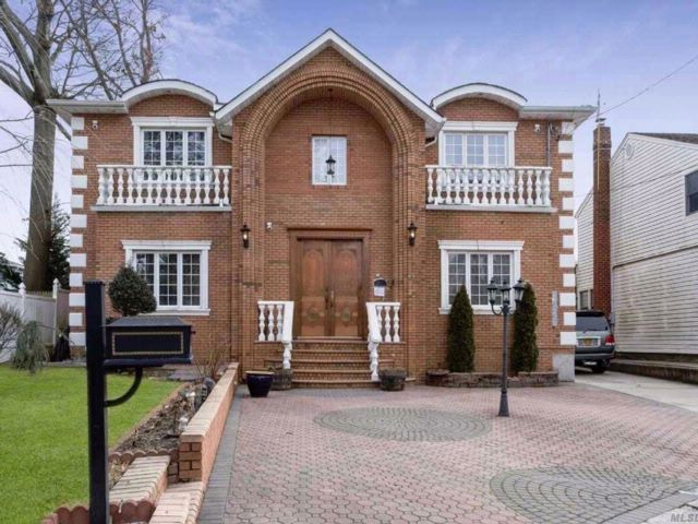 7 BR,  6.00 BTH Colonial style home in West Hempstead