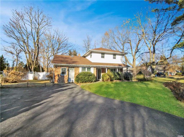 5 BR,  3.00 BTH Splanch style home in Nesconset
