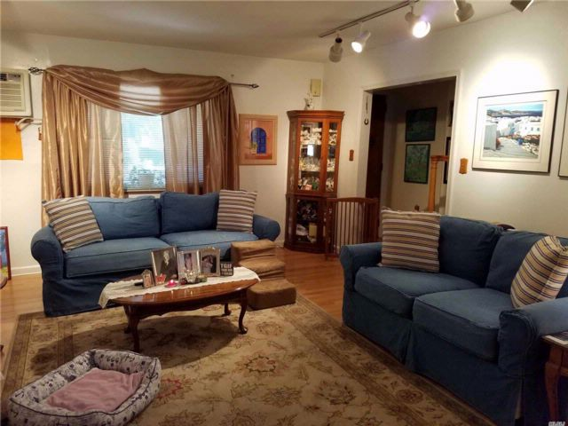 4 BR,  2.00 BTH 2 story style home in Woodside