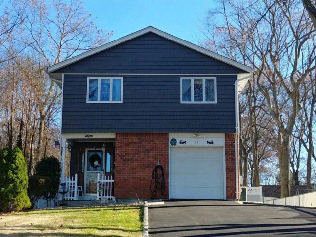 3 BR,  2.00 BTH 2 story style home in Ronkonkoma