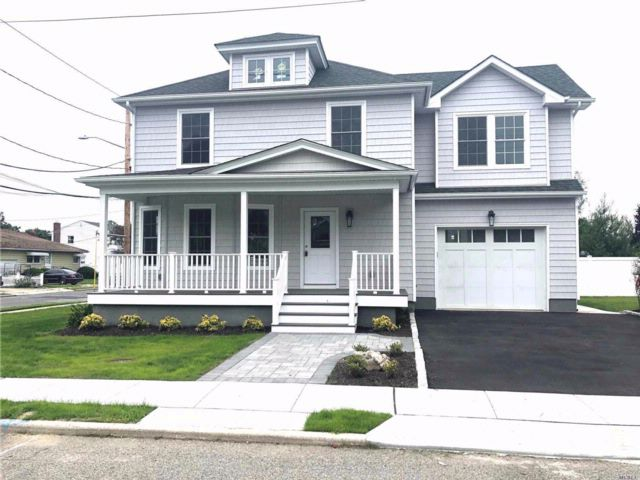 4 BR,  2.50 BTH  Colonial style home in Bethpage