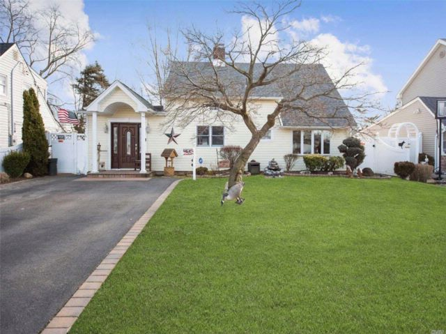 4 BR,  1.50 BTH Ranch style home in Levittown