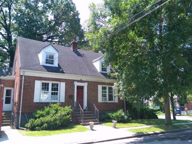 4 BR,  3.50 BTH 2 story style home in Bayside
