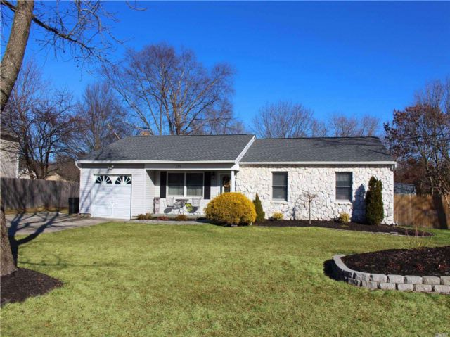 3 BR,  2.00 BTH  Ranch style home in Coram