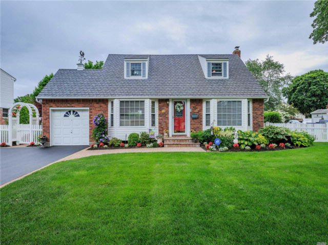 4 BR,  2.50 BTH Cape style home in Commack