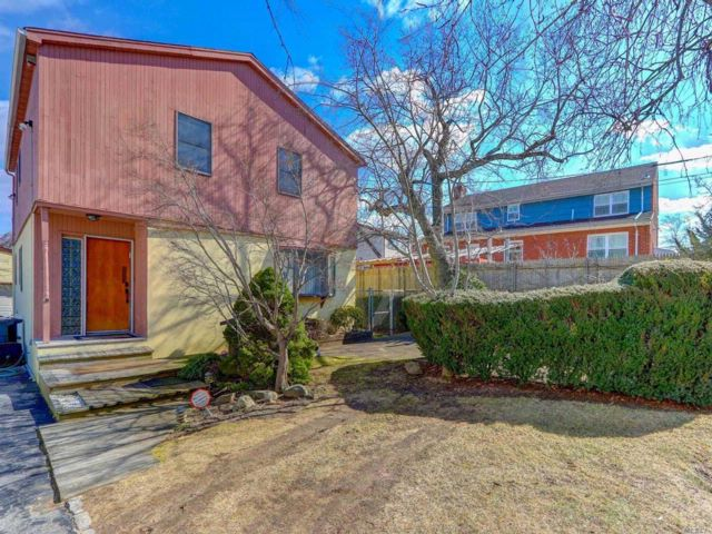8 BR,  4.00 BTH Colonial style home in Hewlett