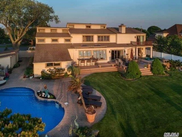 5 BR,  3.50 BTH Contemporary style home in Babylon