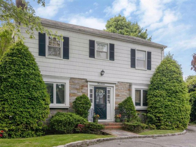4 BR,  3.00 BTH Colonial style home in Lawrence