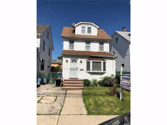 4 BR,  2.00 BTH Colonial style home in Bayside