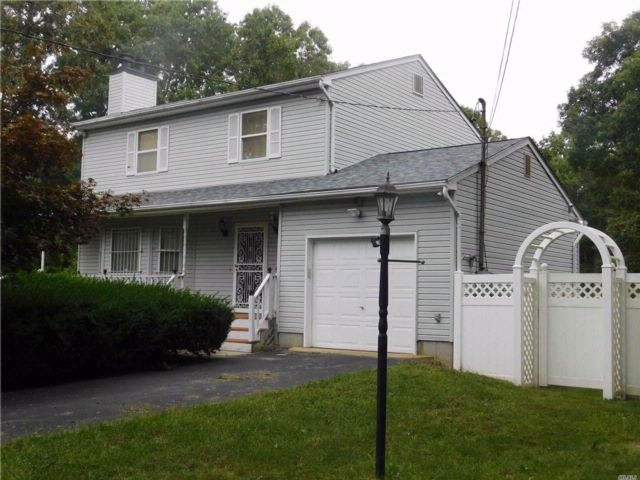 3 BR,  2.50 BTH Colonial style home in Shirley