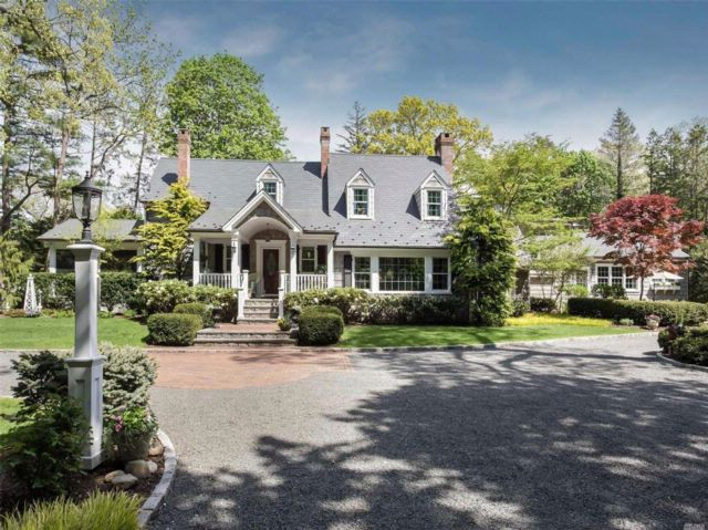 3 BR,  3.50 BTH Colonial style home in Huntington Bay